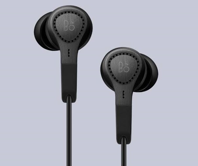 Noise cancellation Earbuds Best Travel Accessories For Long Flights